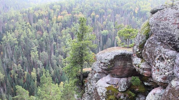 Отправившийся на мотоцикле на Мининские столбы турист разбился на скалах
