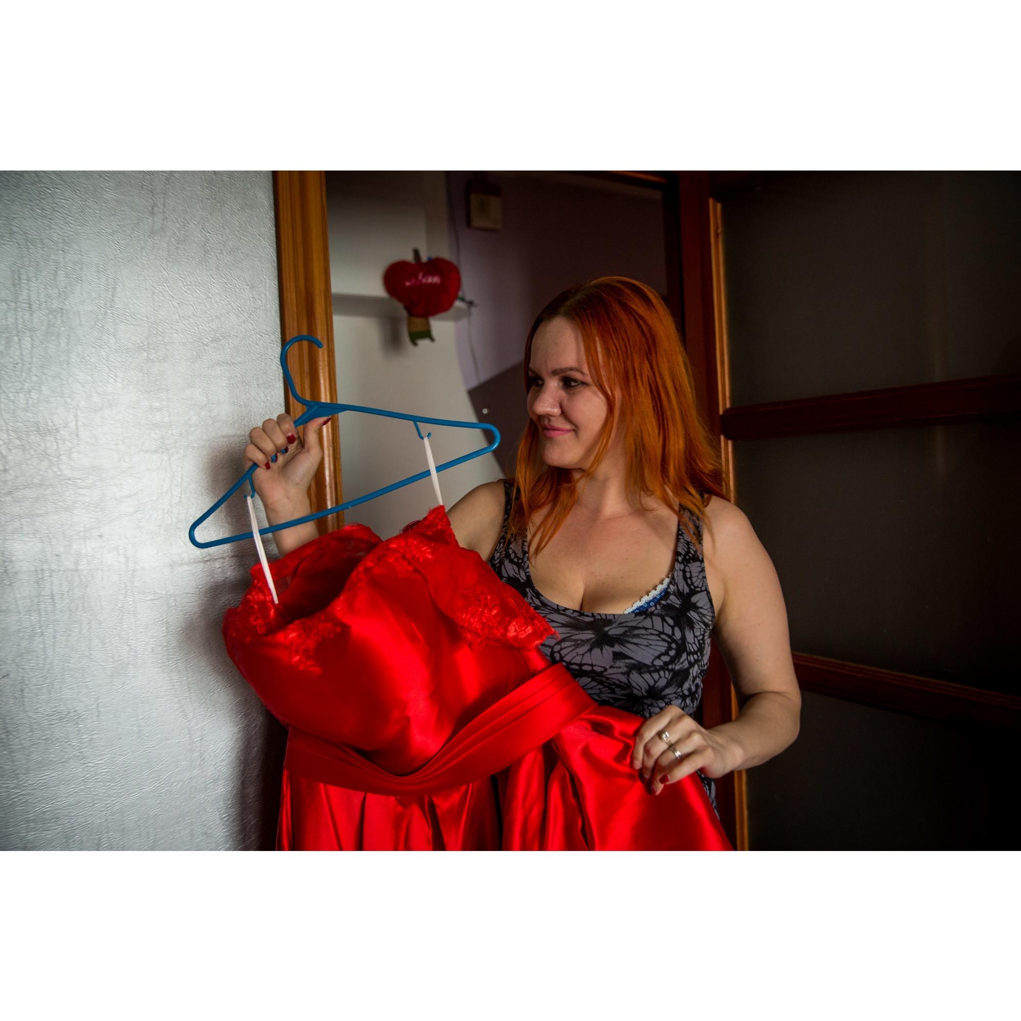 Скоро, 31 мая, пара поженится — для свадьбы Анастасия выбрала платье необычного красного цвета