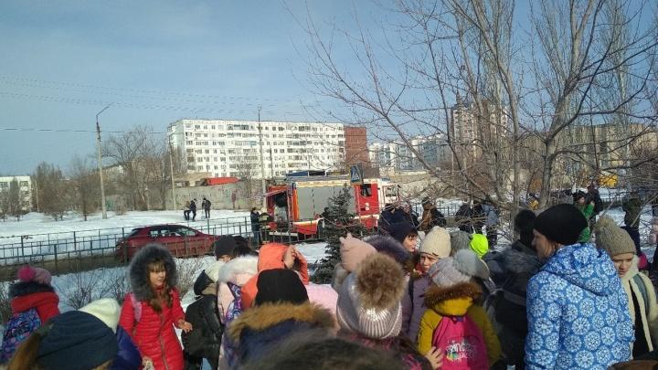 «Школа заминирована»: в Волжском из-за угрозы терактов эвакуировали 3000 учеников
