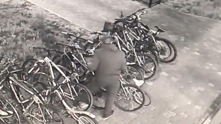 Воры украли с велопарковки на Краснолесья сразу четыре велосипеда