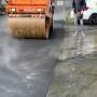 «Работали по регламенту»: челябинские дорожники объяснили укладку асфальта в дождь