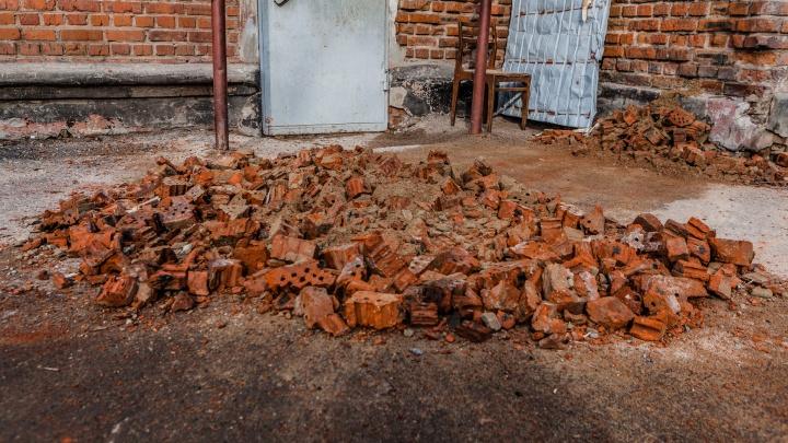 В Перми стена кирпичного дома рухнула на козырек подъезда
