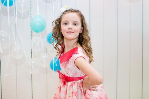 Маленькая девочка мечтает стать знаменитой