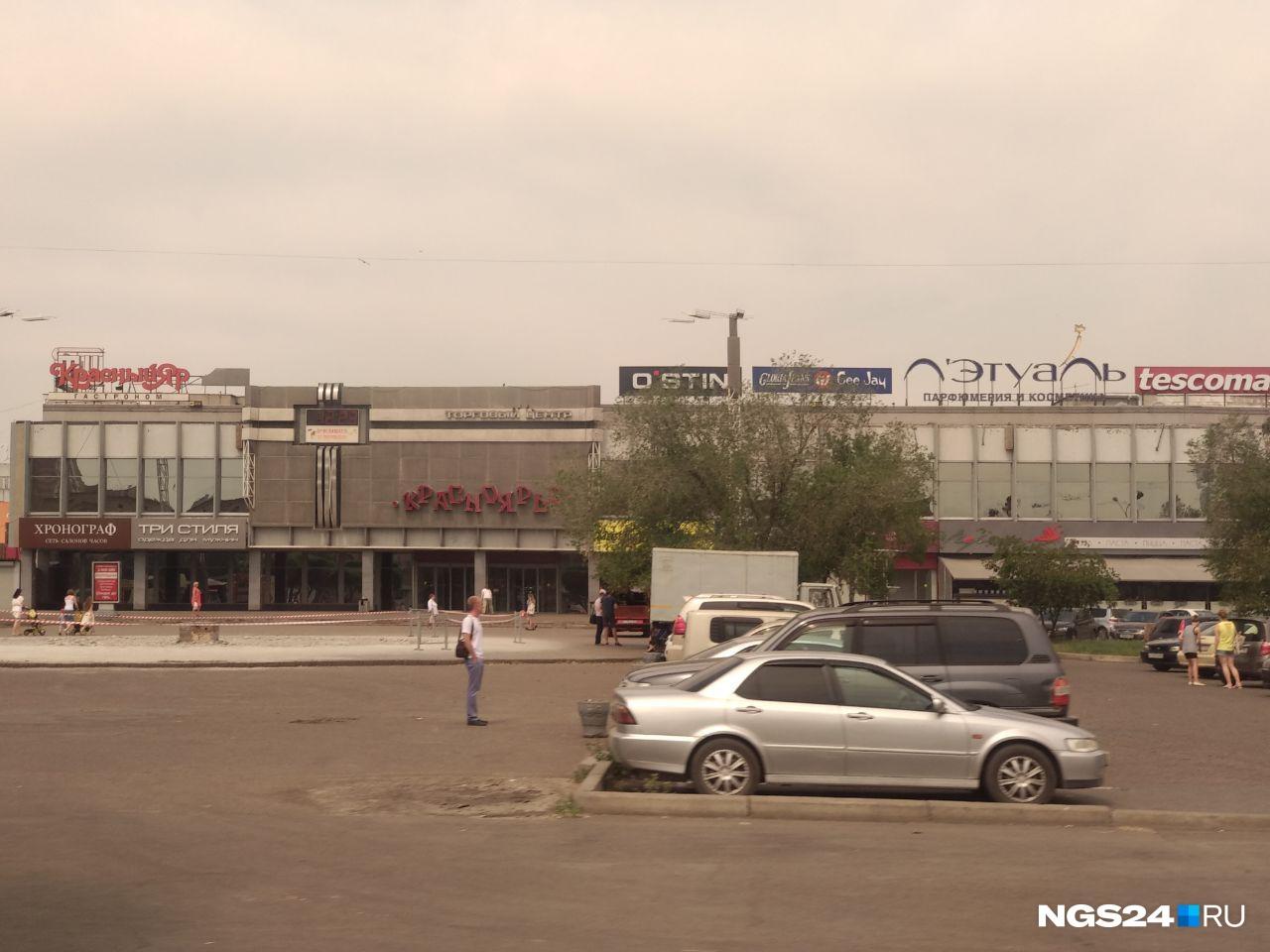 """У торгового центра от фонтана вообще <a href=""""https://ngs24.ru/news/more/62761661/"""" target=""""_blank"""" class=""""_"""">уже ничего не осталось</a>. Его убрали ради благоустройства парковки&nbsp;"""