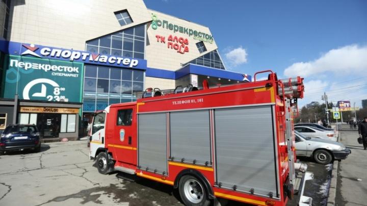 Из двух торговых комплексов в Челябинске эвакуировали людей