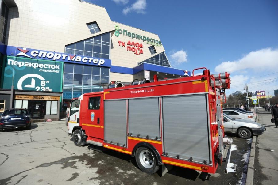 К торговому комплексу экстренно прибыли несколько пожарных машин