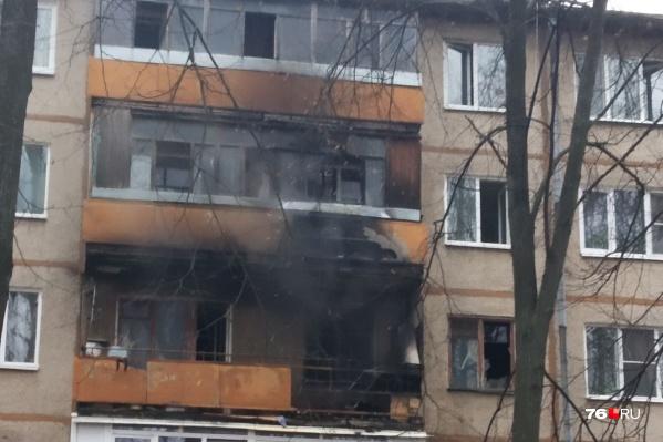 Жителей квартир из подъезда, где случился пожар, эвакуировали