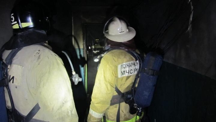 Виновата сигарета: ночью из челябинской многоэтажки эвакуировали 15 человек