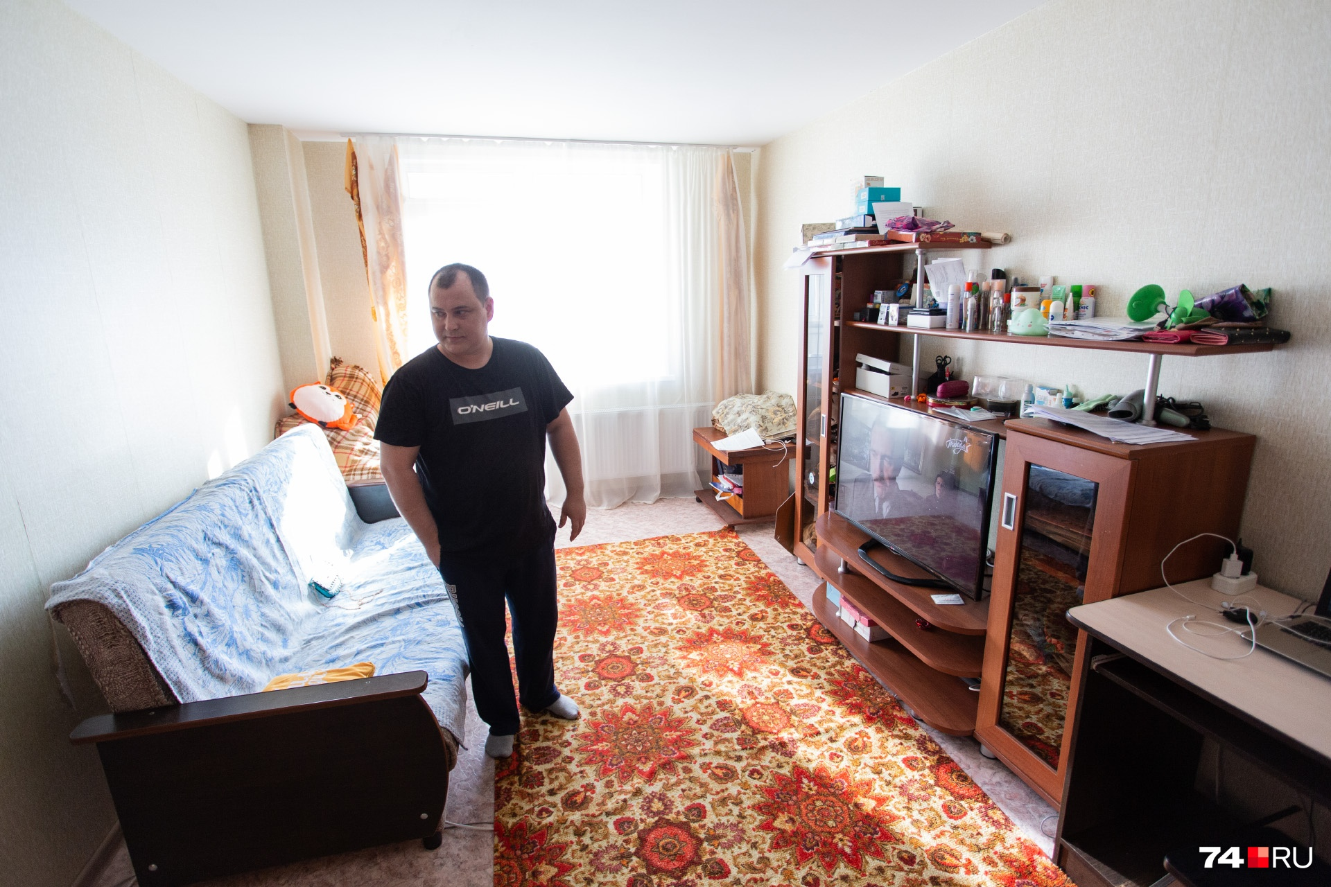 Сейчас Павел, Екатерина и их 12-летняя дочь ютятся в этой «однушке» в Чурилово. Дом находится недалеко от их долгостроя