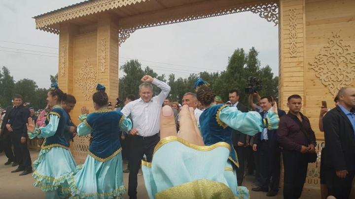 На Сабантуе губернатор Курганской области Алексей Кокорин пустился в пляс с президентом Татарстана