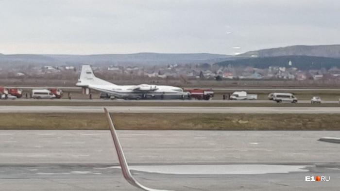 Очевидцы утверждают, что самолет «сел на брюхо»