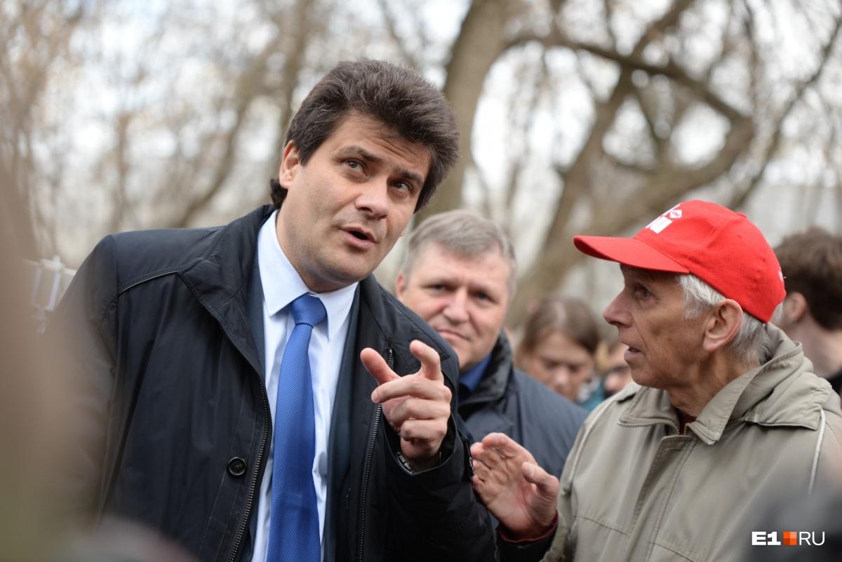 Этот пожилой мужчина звал мэра посмотреть на деревья, которые вырубят, но мэр не стал это делать
