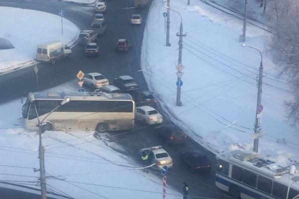 Автобус перекрыл целую полосу
