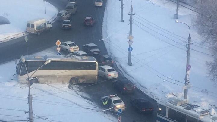 Поворот не туда: в Самаре автобус вынесло на разделительную полосу