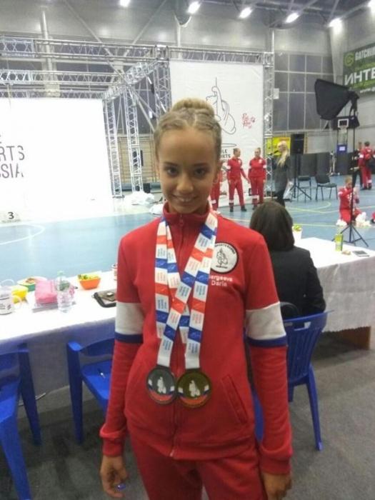 Двенадцатилетние екатеринбурженки привезли медаль с чемпионата по спорту на пилоне. Видео