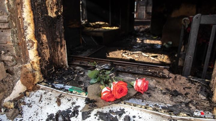 «Я ее сюда тяну, а она за телефоном»: под Волгоградом в деревянном доме сгорела мама четверых детей