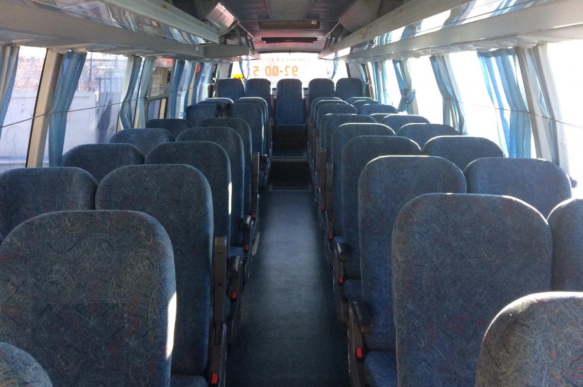 Комфортабельный салон автобуса оснащен кондиционерами и телевизором