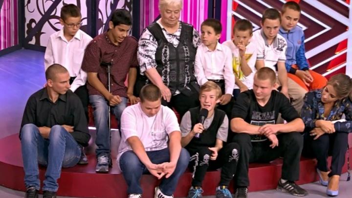 Тюменку, приютившую 10 детей, пожурили за новогодние подарки от волонтёров