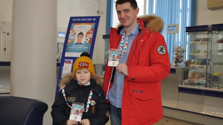 «Почта России» начала выдавать новосибирцам паспорта болельщиков на чемпионат Европы по футболу
