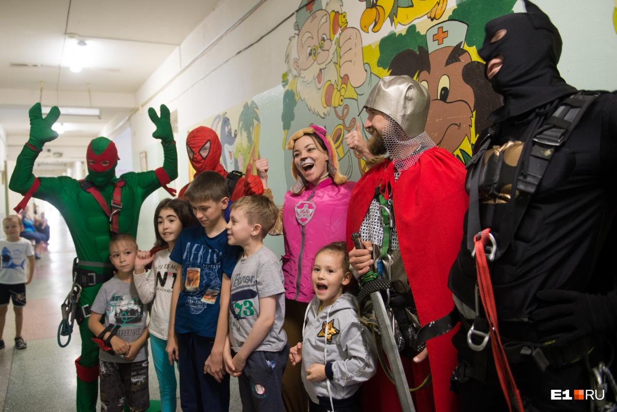 Трогательный фоторепортаж: к маленьким пациентам в ОДКБ №1 с неба спустились супергерои