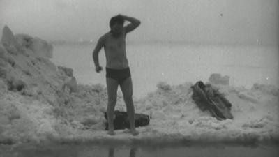 Ныряют прямо под лёд: кинохроники показали редкое видео 1971 года — среди моржей известный художник