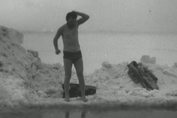 На видео художник Василий Хлынов смело ныряет в ледяную воду