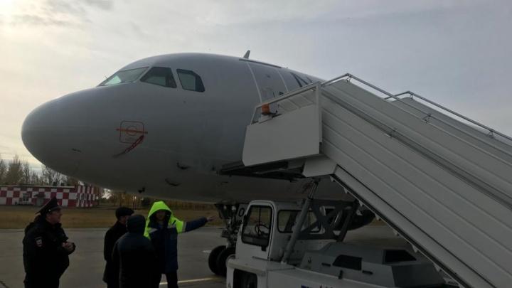 Самолёт из Челябинска в Москву задержали на восемь часов из-за врезавшегося в борт трапа