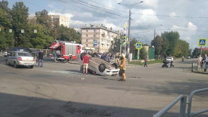 На перекрёстке Доватора и Шаумяна в Челябинске перевернулось такси