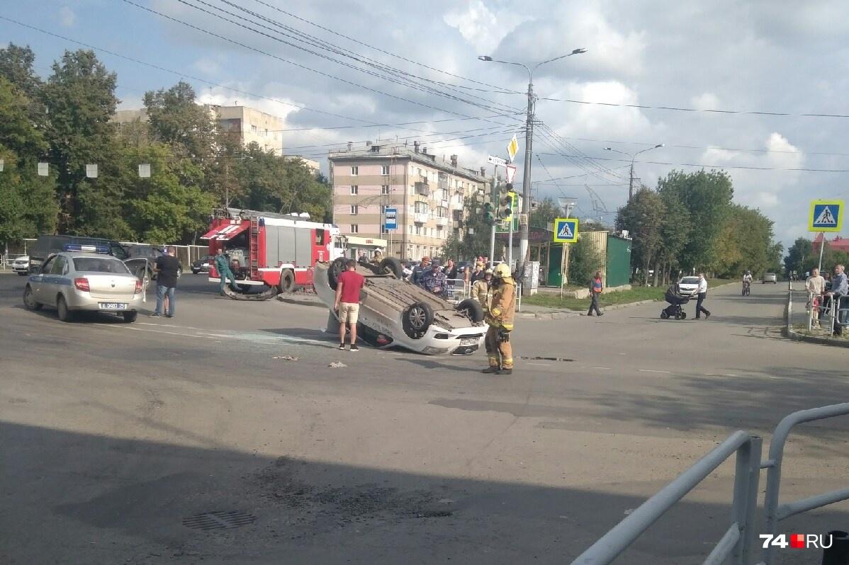На перевернувшейся машине — символика «Яндекс.Такси»