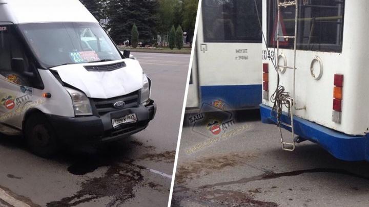 На перекрестке в Уфе столкнулись микроавтобус с пассажирами и троллейбус