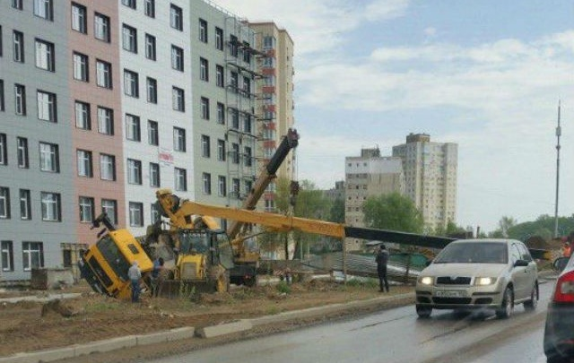 В Уфе на проезжую часть упал строительный кран
