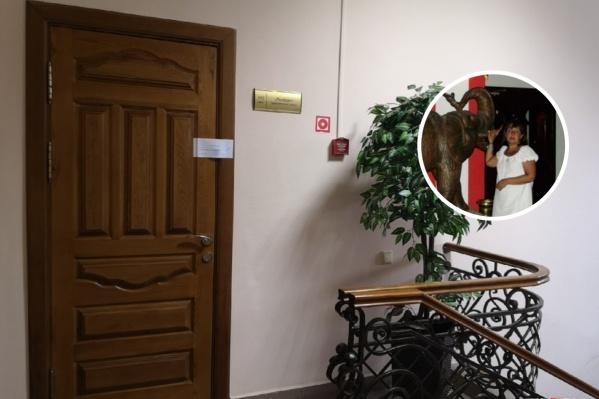 Туристы приходили в офис, но видели опечатанный за долги кабинет