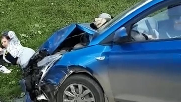 «Женщина лежит, придавленная машиной»: на Ботанике автомобиль после столкновения вылетел на тротуар