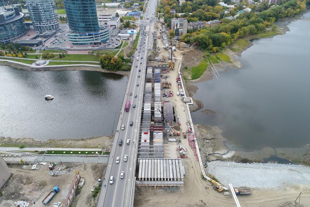 Летаем над Макаровским мостом: рабочие начали возводить третий ряд арок для новых пролетов