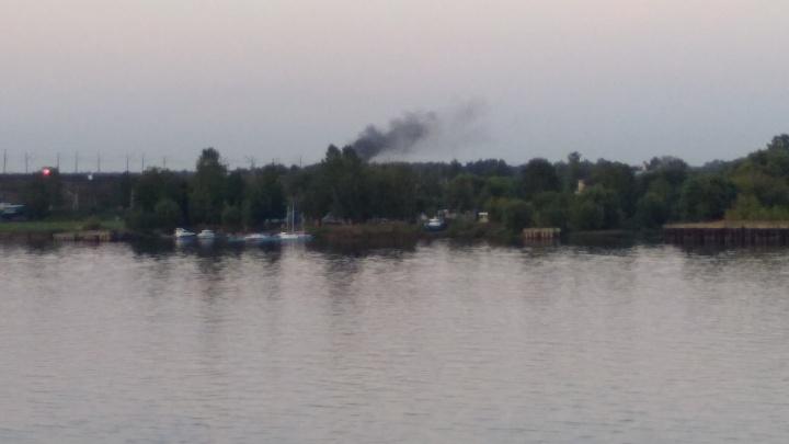 Из-за Волги повалил чёрный дым: что загорелось