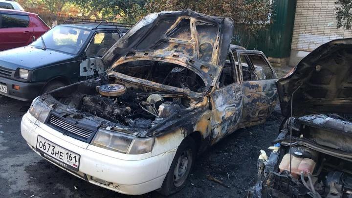 Возможно, поджог: ночью в Аксае сгорел легковой автомобиль