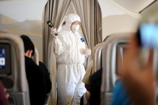 Врачи экстренно госпитализировали пассажиров из-за распространения вируса в КНР