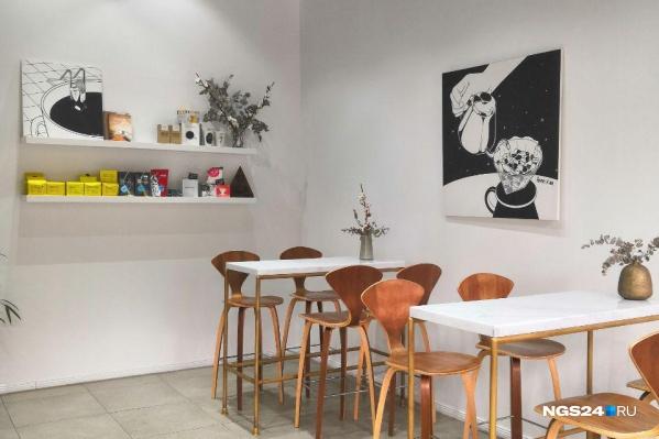 Стены в кофейне белые
