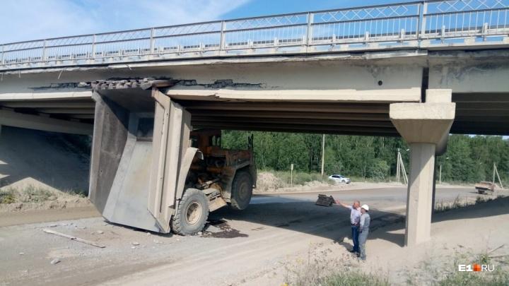 Под Богдановичем БелАЗ снес мост и теперь держит его на себе