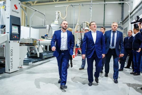 Генеральный директоргруппы компаний «Неоком» Алексей Лисовиченко (слева) показывает Владимиру Якушеву (на тот момент губернатору Тюменской области) новый завод (декабрь 2017 года)