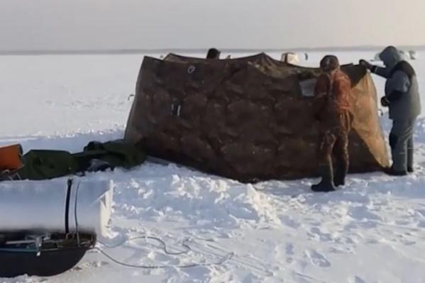 Момент установки палатки один из рыбаков снял для соцсетей. Ошибка была в том, что все окна закрыли, понадеявшись на теплообменник