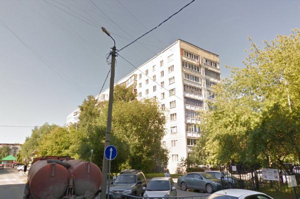 Мужчину нашли под окнами многоэтажки