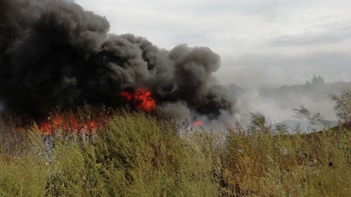 Черным-черно: в Самаре горело мазутное озеро
