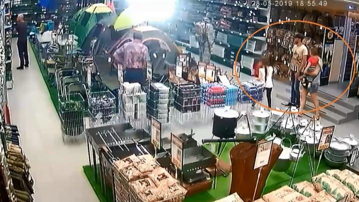 Воровской мастер-класс: волгоградец под прикрытием жены и детей украл из магазина топор — видео