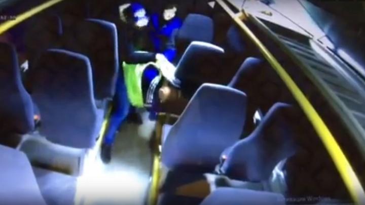 Вошли и сразу напали: видеокамеры автобуса №144 засняли жестокое избиение кондуктора в Архангельске