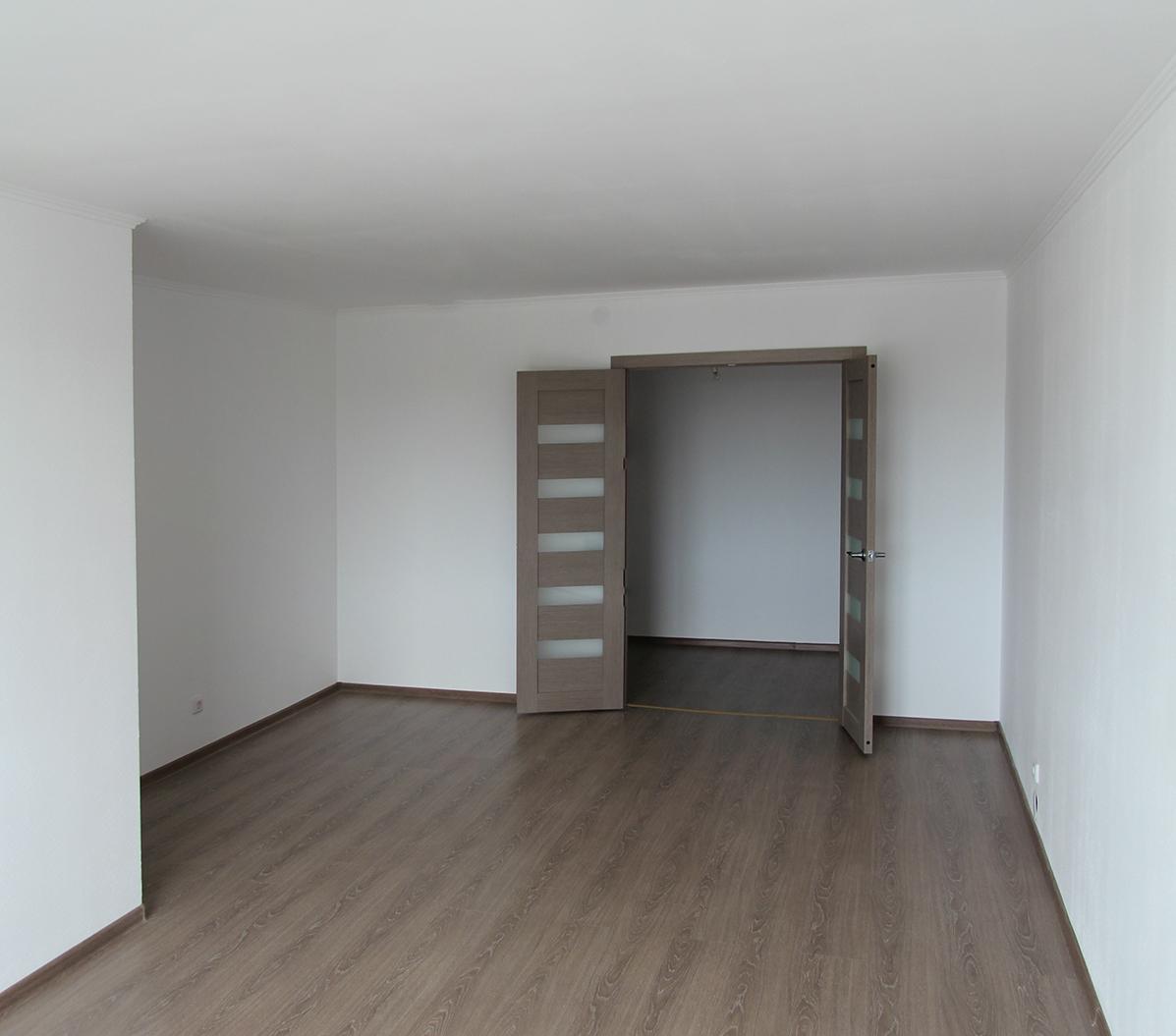 На стенах — обои под покраску, на полу — ламинат 32-го класса прочности