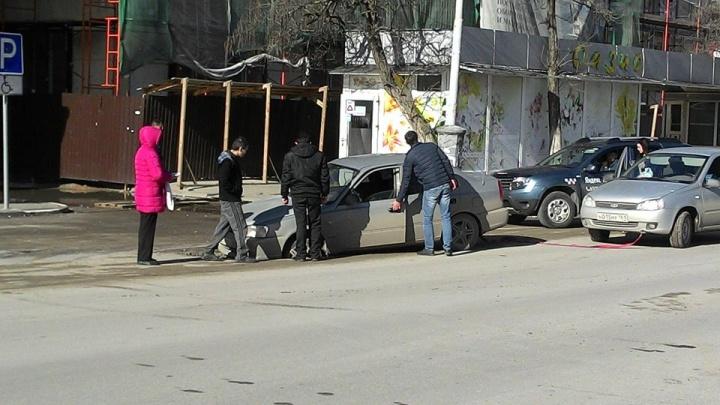 В Таганроге машина частично провалилась в яму