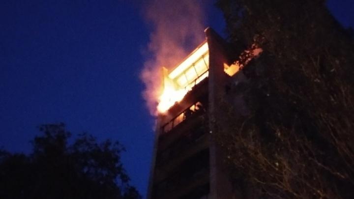 Пламя над ночным городом: в Юнгородке вспыхнул пожар на последнем этаже высотки