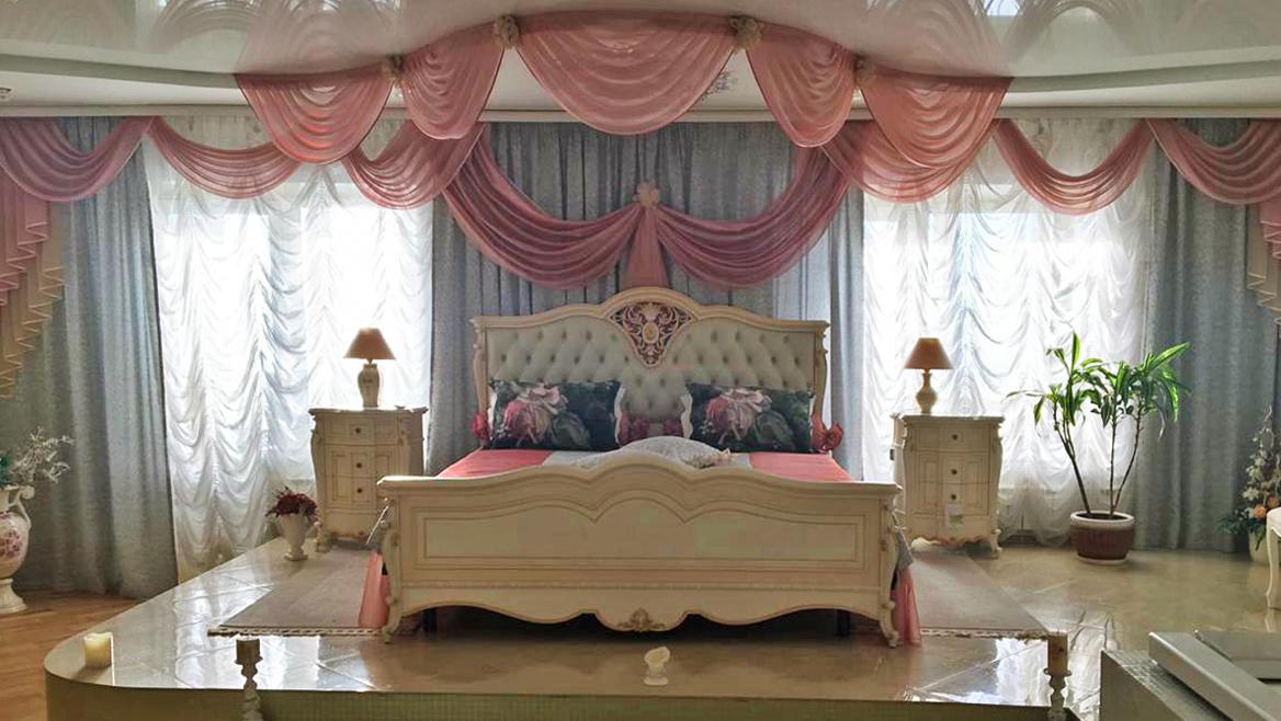 Эти снимки новосибирцы пересылают друг другу в мессенджерах, утверждая, что на фото — убранство квартиры Натальи Малиновской