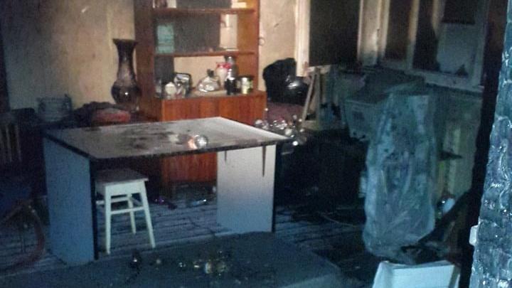Из-за пожара на Автозаводе спасатели эвакуировали жилой дом